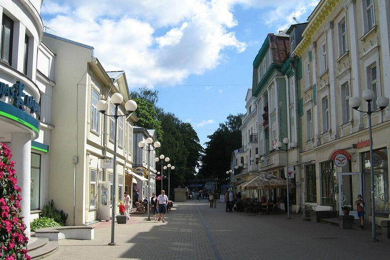 """Vienos dienos išvyka: Cinevilla kino miestelis – Ekskursija Jūrmaloje – Moderniausias Baltijos šalyse išparduotuvių miestelis """"Via Jurmala outlet village"""""""